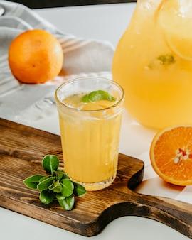 Sinaasappel- en citroenlimonade met ijs