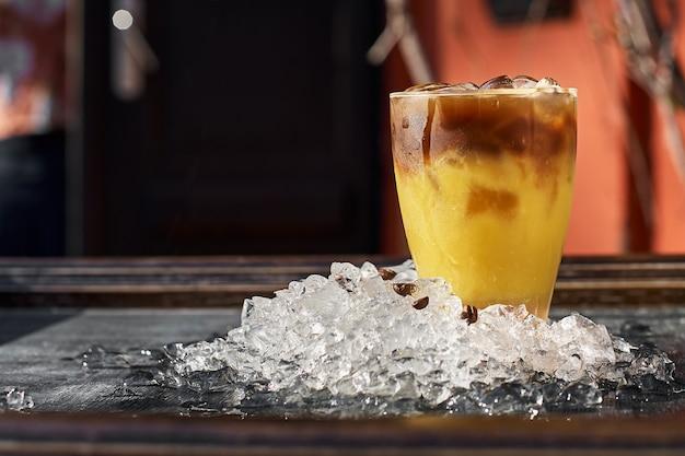 Sinaasappel- en koffiecocktail met ruimte voor uw tekst