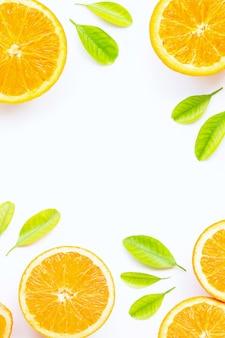 Sinaasappel met groene bladeren die op witte achtergrond worden geïsoleerd.