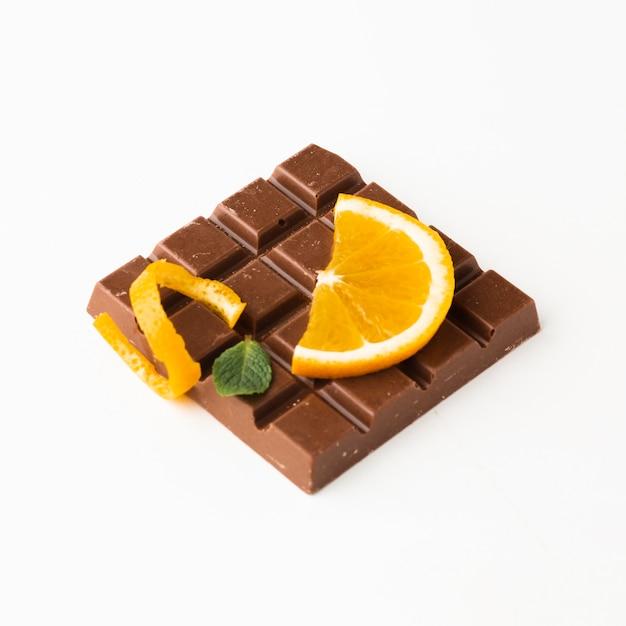 Sinaasappel op chocoladereep dichte omhooggaand