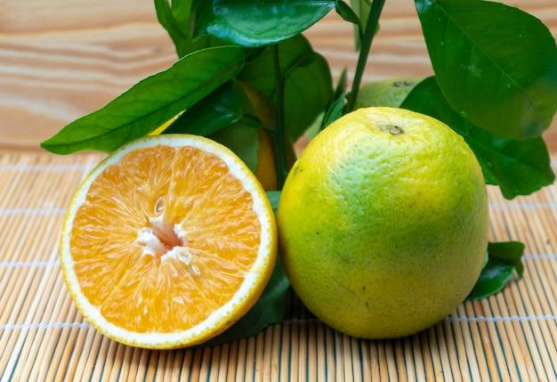 Sinaasappel op een houten achtergrond