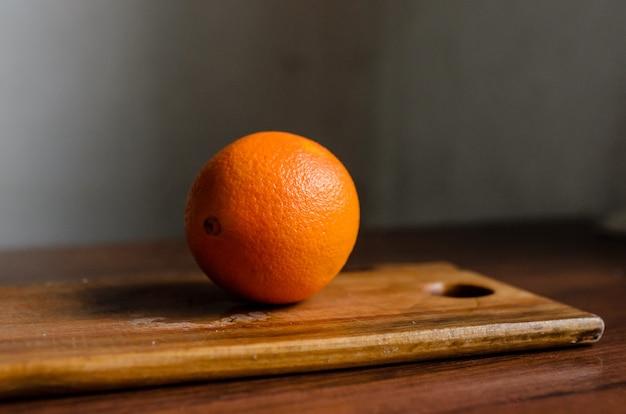 Sinaasappel op snijplank