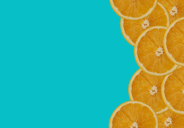 Sinaasappel op turkooise achtergrond.