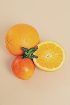 Sinaasappel op wit