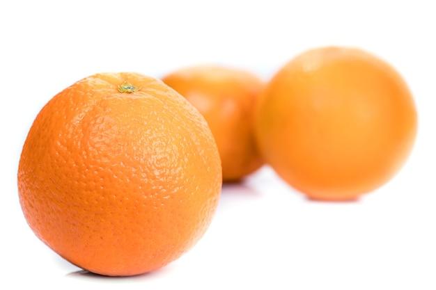 Sinaasappel op witte achtergrond wordt geïsoleerd die