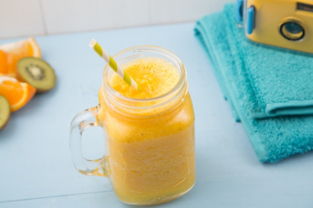 Sinaasappel sappige smoothie, de zomerachtergrond