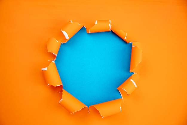 Sinaasappel scheurde open document op blauwe document achtergrond