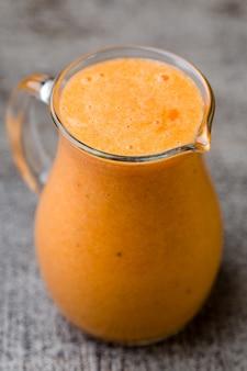 Sinaasappel smoothie decor muntblaadjes.