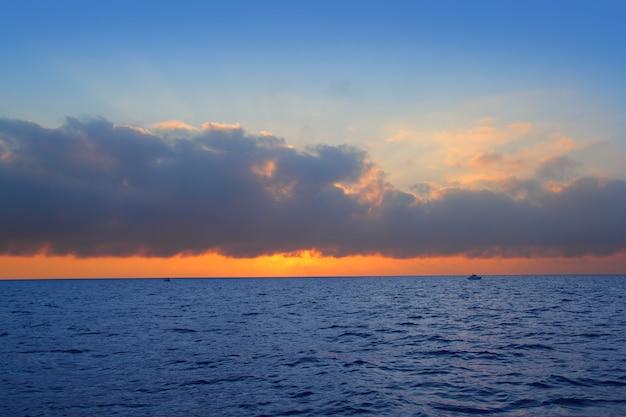 Sinaasappel van de de zonsopgang de eerste zon van het zeegezicht in blauwe overzees