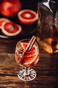 Sinaasappel-whisky-zure cocktail met bourbon, bloedsinaasappelsap en eenvoudige siroop