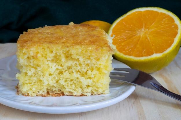 Sinaasappelcake op wit bord