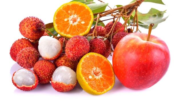 Sinaasappelen, appels en lychee op een witte achtergrond