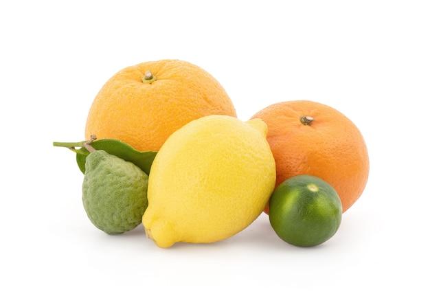 Sinaasappelen, citroen, limoen en kaffir limoen fruit geïsoleerd op wit met uitknippad.