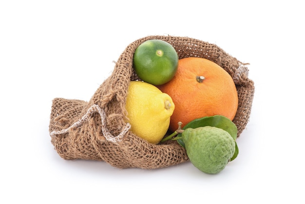 Sinaasappelen, citroen, limoen en kaffir-limoenvruchten die op wit worden geïsoleerd.