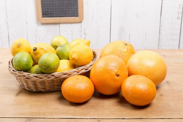 Sinaasappelen, citroenen en grapefruits gepresenteerd in een klein mandje