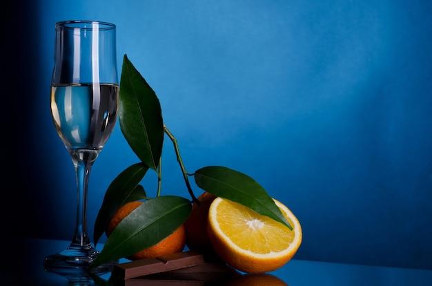 Sinaasappelen en chocolade met het glas wijn