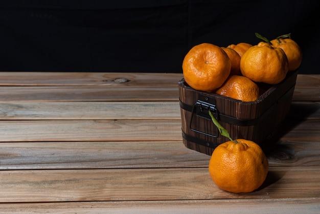 Sinaasappelen gerangschikt op een houten tafel