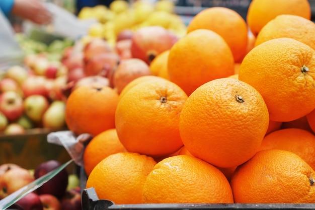 Sinaasappelen in de close-up van de markt op de marktteller
