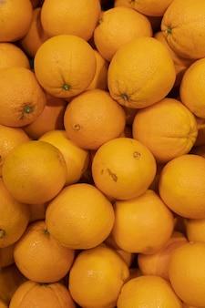 Sinaasappelen in de kruideniersvoorraad voor de groothandel