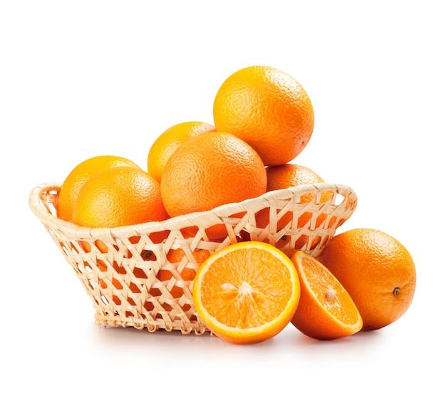Sinaasappelen in een mooie mand die op wit wordt geïsoleerd