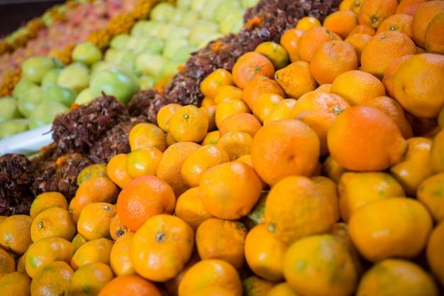 Sinaasappelen in lade op display plank