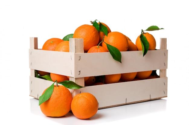 Sinaasappelen krat geïsoleerd op een witte achtergrond