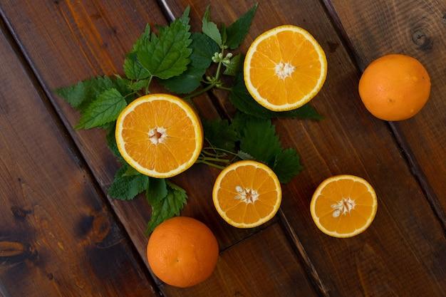 Sinaasappelen op een bruine houten achtergrond
