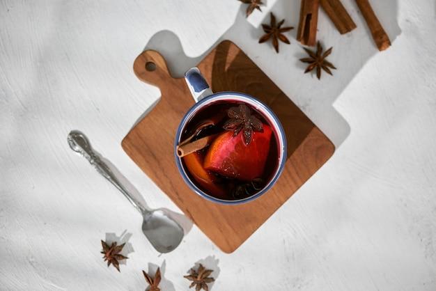 Sinaasappels koken in rode wijn met kruiden