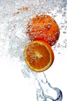 Sinaasappels vielen in water