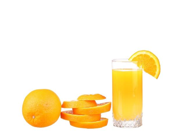 Sinaasappelsap en schijfjes sinaasappel geïsoleerd op wit