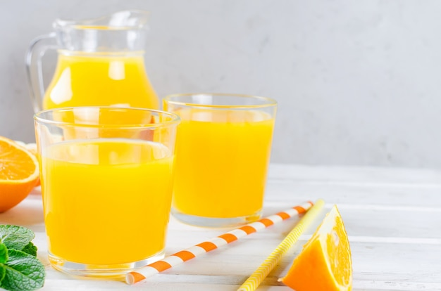 Sinaasappelsap en stukjes sinaasappel