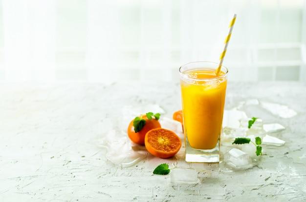 Sinaasappelsap met ijs en mandarijnen. koude drank voor hete de zomerdag