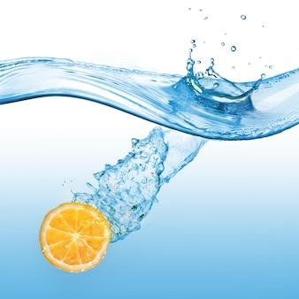 Sinaasappelschijfje dat in het water valt dat op een blauw oppervlak wordt geïsoleerd