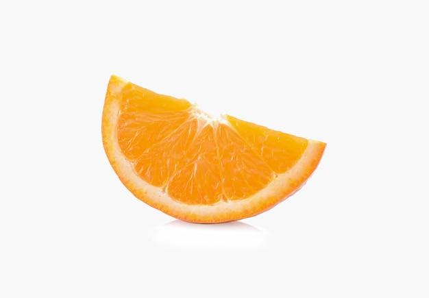 Sinaasappelschijfje geïsoleerd op wit