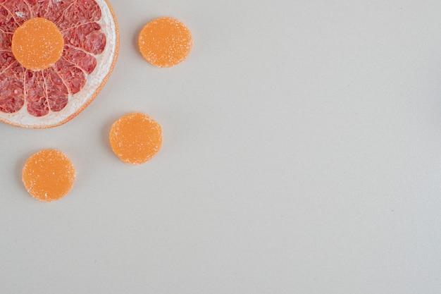 Sinaasappelsuikermarmelade met schijfje grapefruit.