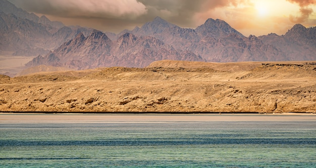 Sinai bergen aan de rode zee riviera geweldige zonsopgang op de sinai-berg sin
