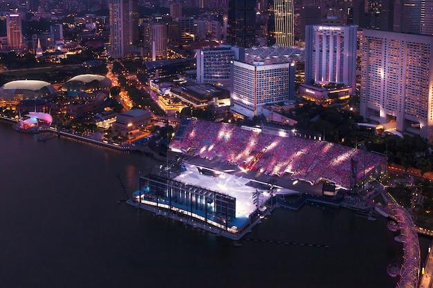 Singapore - 07 juli 2018: feestelijke show tot de dag van de stad op het drijvende stadion in de marina bay.