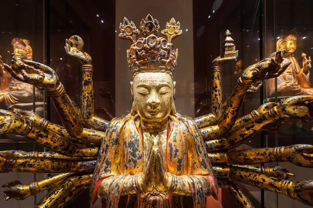 Singapore - 15 oktober 2014: boeddhabeeld in asian civilizations museum.