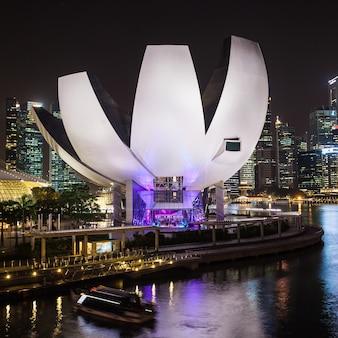 Singapore - 16 oktober 2014: artscience museum is een van de attracties in marina bay sands, een geïntegreerd resort in singapore.