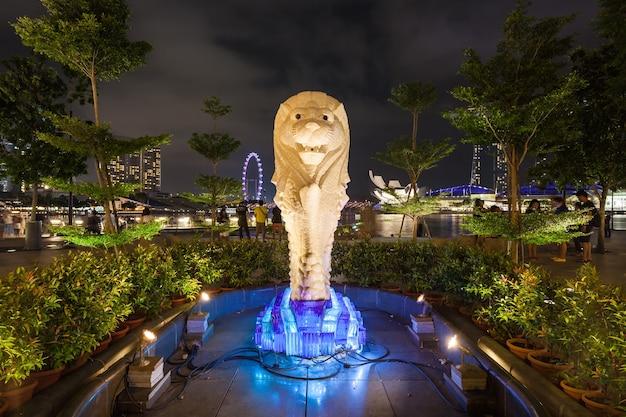 Singapore - 16 oktober 2014: de merlion is een traditioneel wezen in de westerse heraldiek dat een wezen afbeeldt met een leeuwenkop en een lichaam van een vis.
