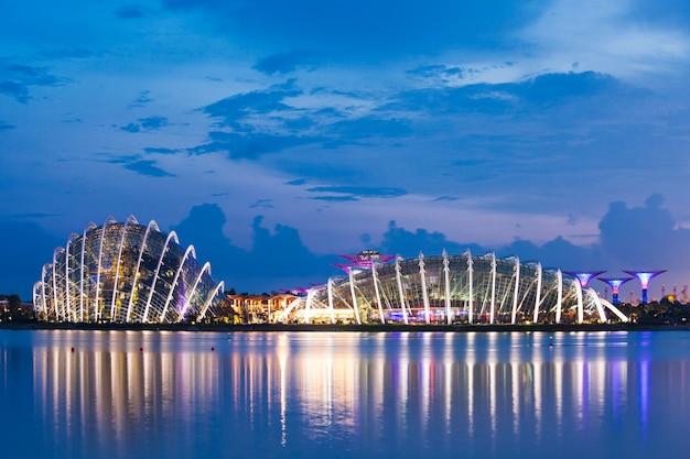 Singapore - 16 oktober 2014: flower dome in marina bay garden bij zonsondergang.