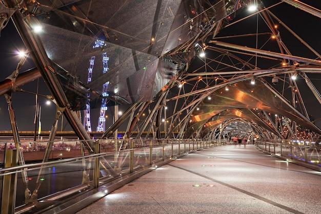 Singapore - 16 oktober 2014: the helix bridge is een voetgangersbrug die marina centre verbindt met marina south in het marina bay-gebied in singapore.