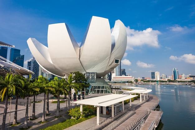 Singapore - 17 oktober 2014: artscience museum is een van de attracties in marina bay sands, een geïntegreerd resort in singapore.