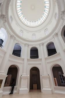 Singapore - 17 oktober 2014: het interieur van het nationaal museum van singapore. het is het oudste museum van singapore.