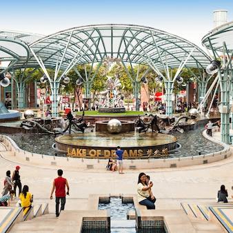 Singapore - 17 oktober 2014: lake of dreams is een multimediaspektakel dat de elementen water, vuur, lucht en licht combineert.