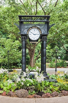 Singapore - 17 oktober 2014: oude klok in de singapore botanic gardens.