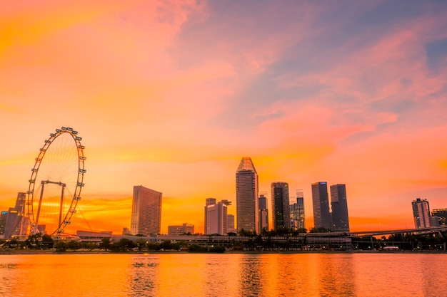 Singapore. downtown met reuzenrad en wolkenkrabbers. het gouden uur van zonsondergang