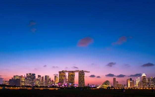 Singapore, jachthaven, barrage, aanzicht, van, de stad, en, gebouwen, op, schemering.