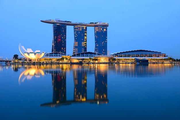 Singapore, singapore - 19 mei, 2016: marina bay sands in aanbouw, skyline van de stad op n