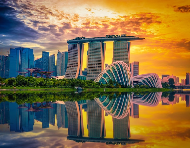 Singapore skyline en uitzicht op wolkenkrabbers op marina bay bij zonsondergang.